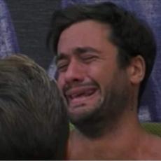 """Pretelli scoppia a piangere: """"non ce la faccio più, ho un problema"""""""