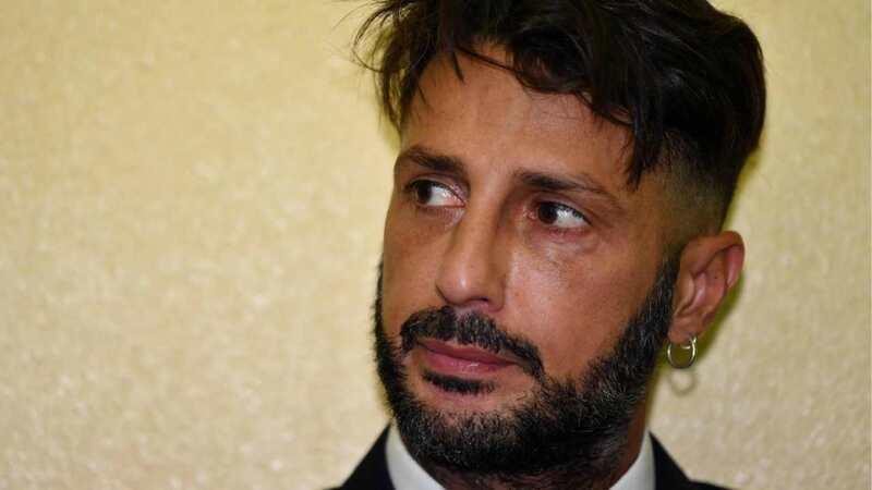 Fabrizio Corona torna in carcere. L'avvocato: «Non si regge in piedi, è in condizioni precarie»