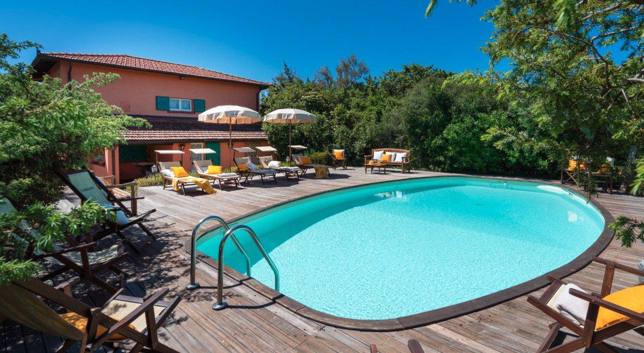 Beppe Grillo, in affitto la villa al mare a Marina di Bibbona: costa quasi 13mila euro a settimana - Il Mattino.it
